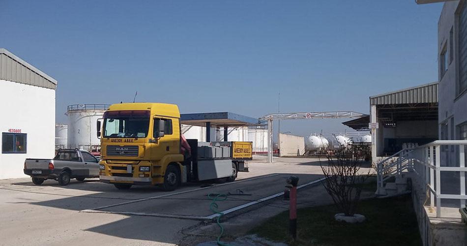 Γερανοφόρο όχημα από το τμήμα τεχνικής υποστήριξης της ΑΛΕΞΙΟΥ ΑΒΕΕ για υπηρεσίες μεγάλης ζυγιστικής δυναμικότητας, όπως απαιτούν π.χ. οι γεφυροπλάστιγγες και οι ειδικές κατασκευές